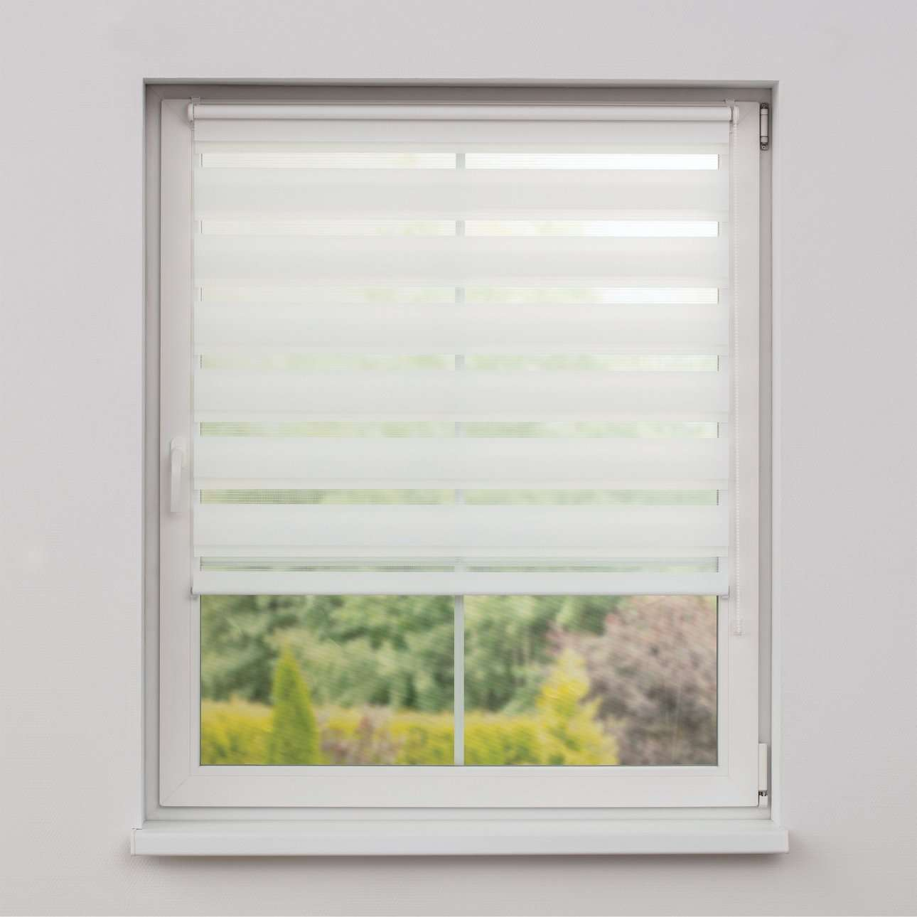 Day And Night Roller Blind Is An Innovative Practical And Cost Efficient Window Treatment Which Works Like A Venetian Blind The Clever Combination Of